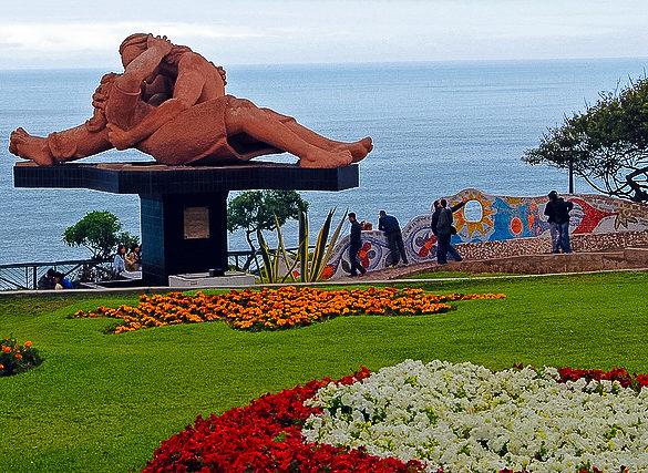 """""""El Beso"""" by Victor Delfin / Miraflores, Lima, El Parque del Amor"""